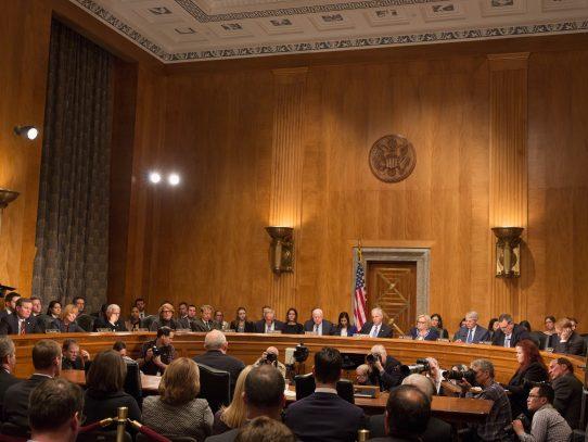 """Senado de EEUU avanza hacia la eliminación de ley """"Obamacare"""""""