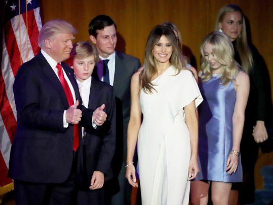 Vestir o no vestir a la primera dama Melania Trump, un dilema para los diseñadores