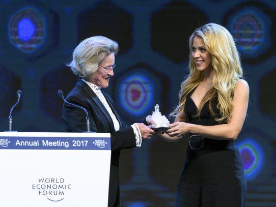 Shakira recibe premio del Foro Económico Mundial y defiende la paz a través de la educación