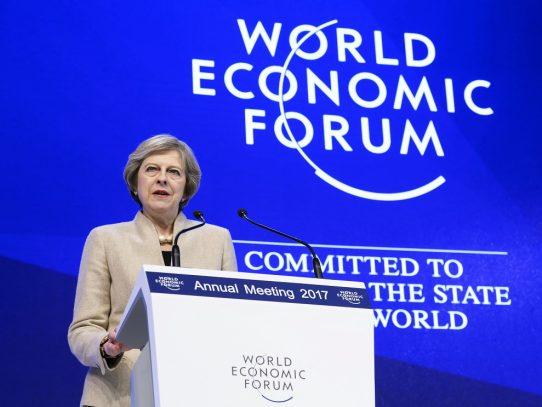 Primera ministra británica intenta hacer puentes con la élite económica en Davos