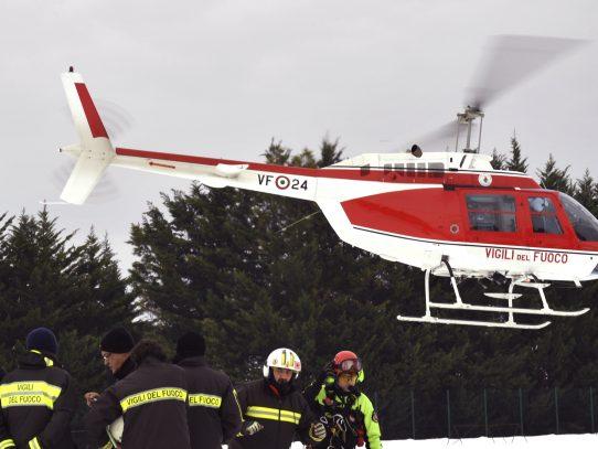Rescatan con vida a ocho personas en hotel sepultado por alud en Italia
