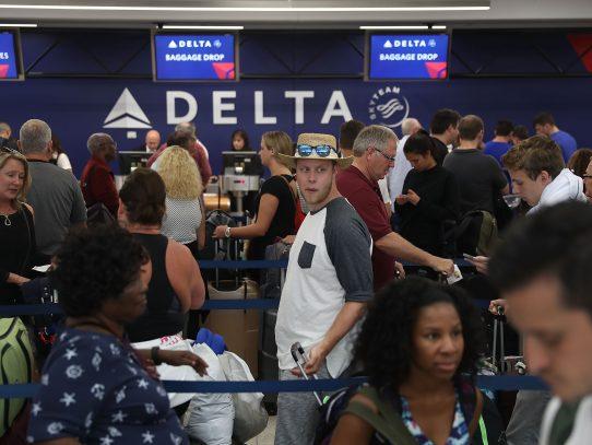 Reabren aeropuerto de Florida tras ataque que dejó 5 muertos