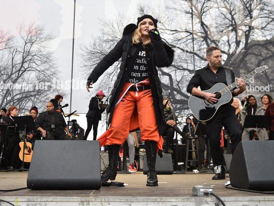 Madonna hace aparición sorpresa en Marcha de las Mujeres en Washington