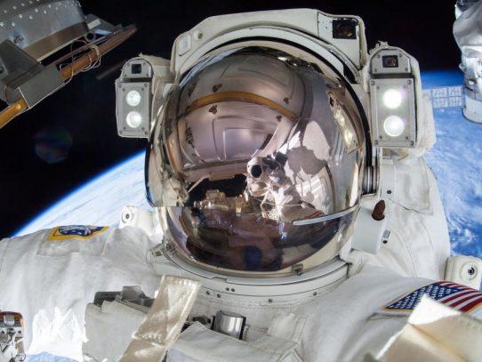Dos astronautas salen de la ISS para instalar nuevas baterías