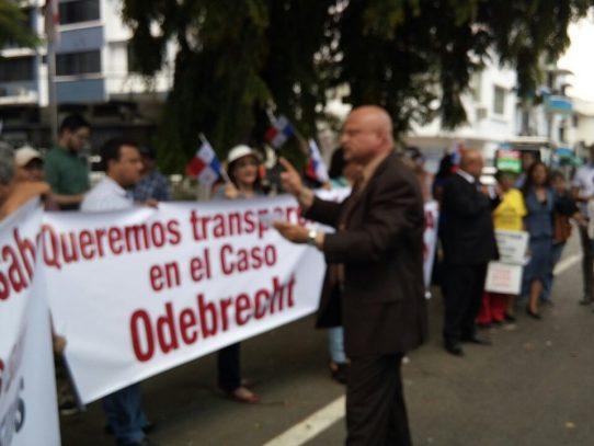Protestan afuera de la Procuraduría para exigir transparencia en caso Odebrecht