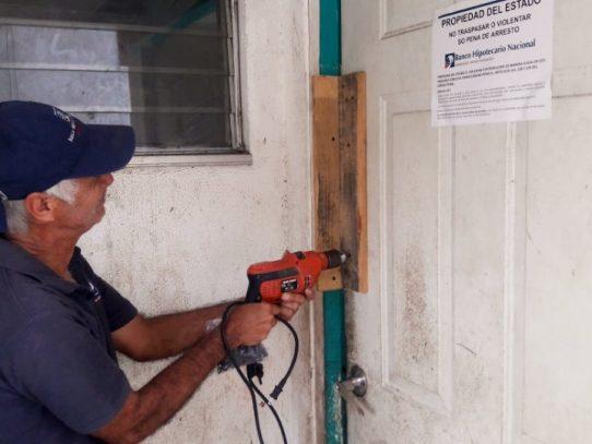 Banco Hipotecario clausura viviendas de morosos en Residencial Curundú