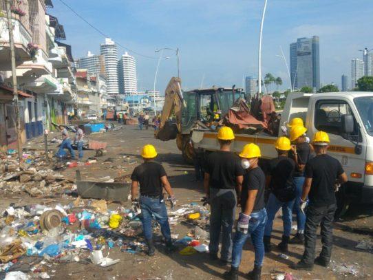Remueven 150 quioscos en El Terraplén, tras acuerdo alcanzado con buhoneros