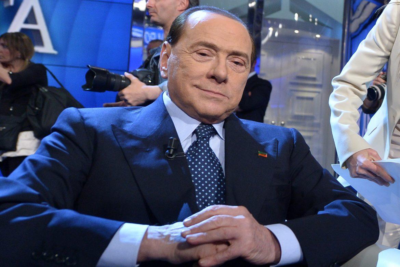 Berlusconi, ingresado por covid-19, sale del hospital