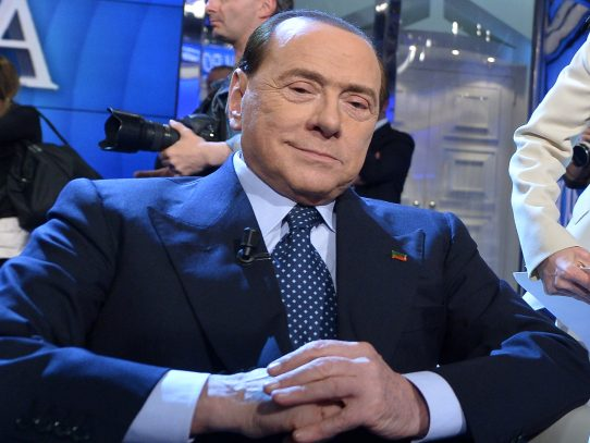 Berlusconi, ingresado por covid-19, sale del hospital