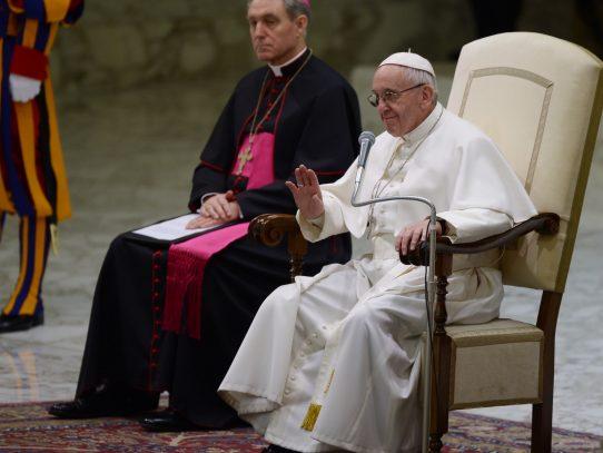 """Vaticano expresa """"preocupación"""" por decreto antimigración de Trump"""