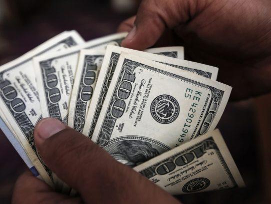 El euro se debilita progresivamente ante el dólar