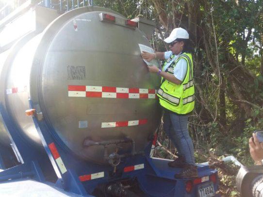 """MiAmbiente supervisa carga de agua a carros cisternas para los """"culecos"""""""