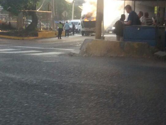 """""""Diablo rojo"""" se incendia debajo del puente de San Miguelito"""