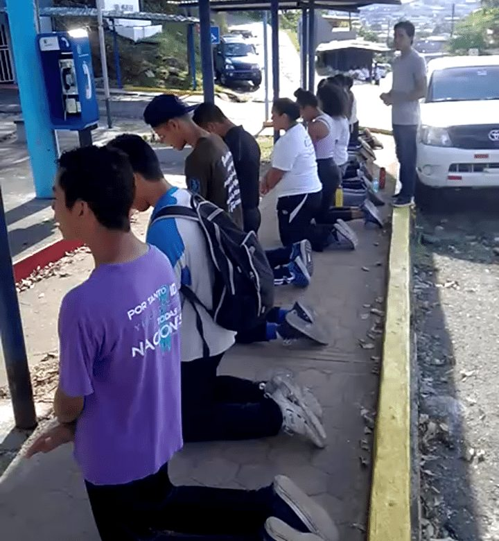 Niños oran arrodillados frente a municipio, piden auxilio para Cumberbatch
