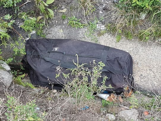 Encuentran cadáver de un hombre dentro de una maleta