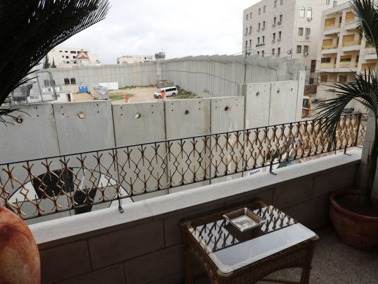 Artista callejero abre un hotel frente al muro israelí en Cisjordania
