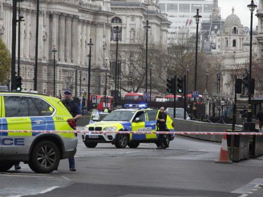 Policía acuchillado y varios heridos tras incidente en Parlamento Británico