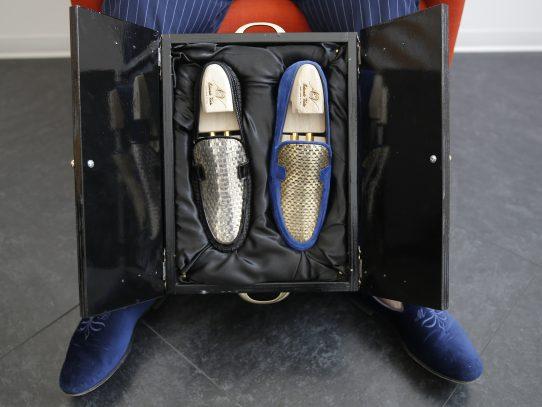 En Italia un hombre vende zapatos de oro