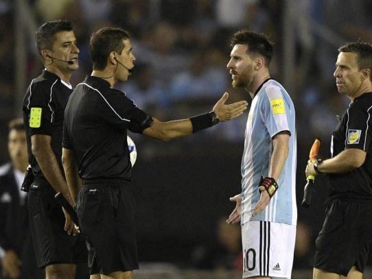 """Messi es sancionado por decir """"palabras injuriosas"""" contra árbitro"""