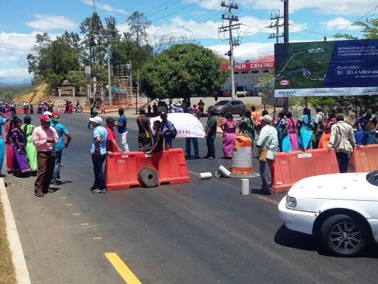 Cierran vía interamericana en Chiriquí por construcción de escuela