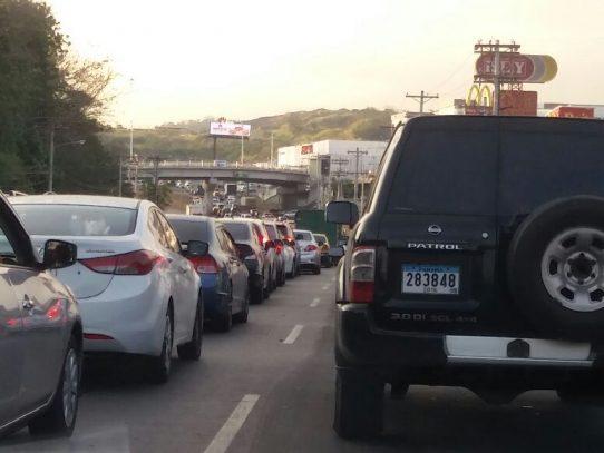 Tranque en vía Centenario se mantiene por vagón volcado ayer