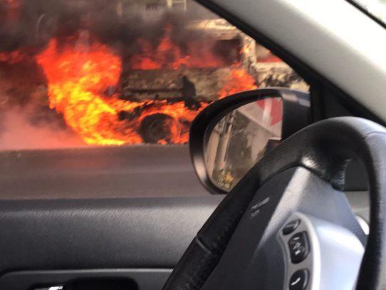 Auto se incendia en Las Cumbres