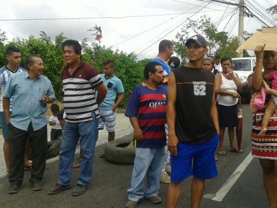 Moradores cierran la entrada de Las Lajas por falta de agua