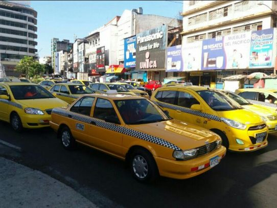 Taxistas protestan contra cobro en efectivo de UBER