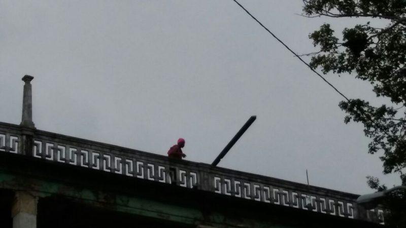 Hombre amenaza con tirarse de un edificio en Colón