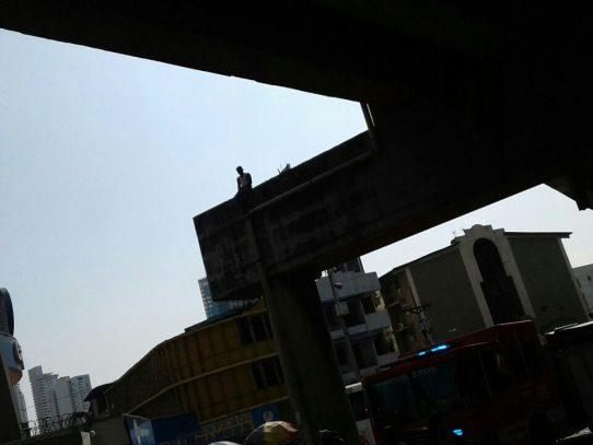 Hombre amenaza con tirarse de un puente en la 5 de mayo