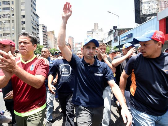 Opositores venezolanos protestan contra bloqueo a candidatura de Capriles