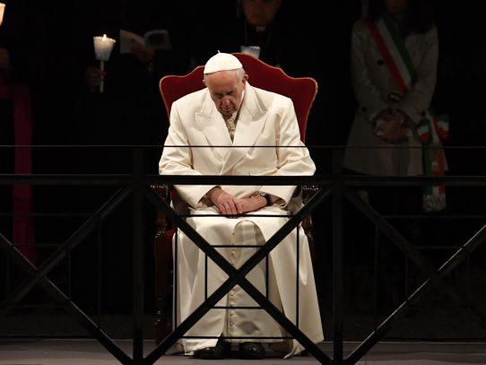 Francisco reza en el Coliseo por la sangre vertida por inocentes