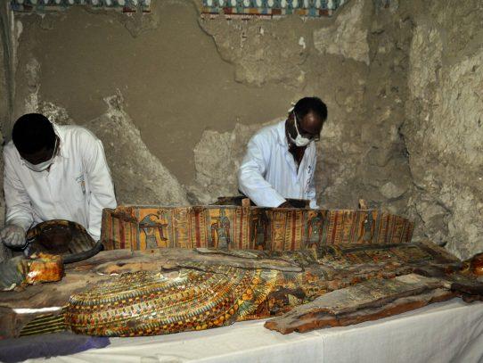 Descubren momias y figuritas funerarias en tumba de Egipto