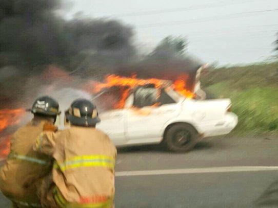 Auto se incendia en autopista Arraiján-La Chorrera