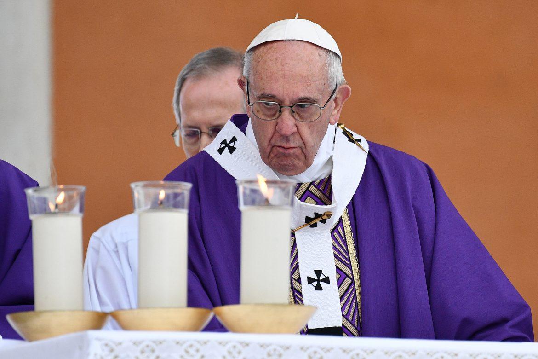 El papa aboga por la caridad frente al extremismo en su misa en Egipto