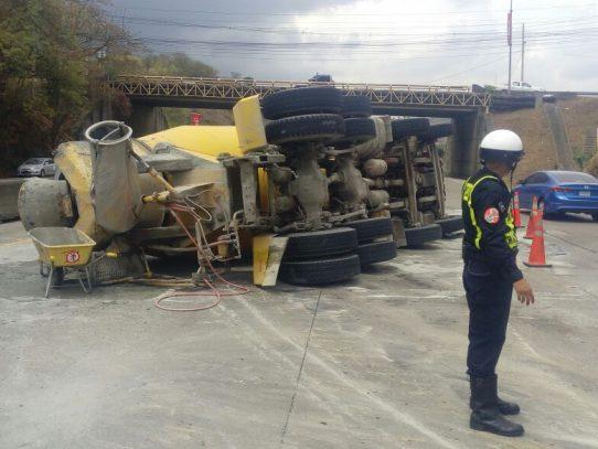 Camión concretero se vuelca en el Corredor Norte