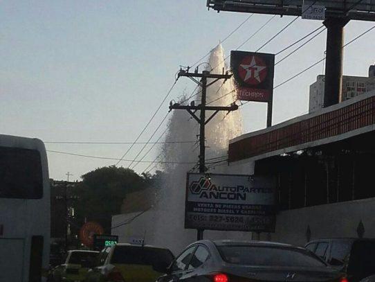 Reportan tubería rota en Avenida Nacional