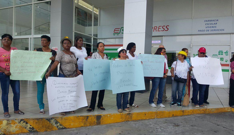 Docentes y padres de familia exigen nueva sede para escuela Ernesto T. Lefevre