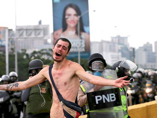 Joven que enfrentó desnudo a la policía chavista, explica porque lo hizo