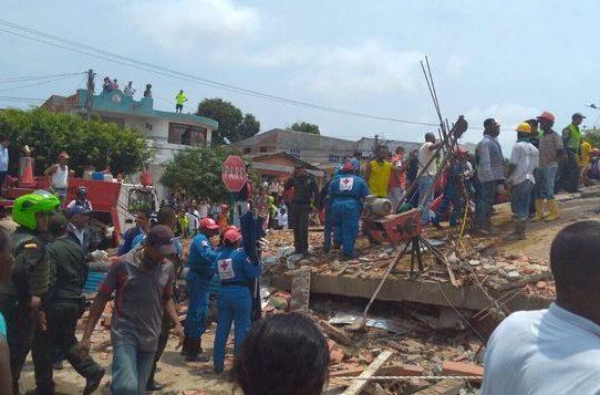 Tres muertos y hasta 40 heridos en colapso de edificio en Colombia