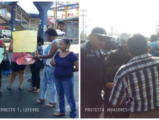 Protestan frente a Los Pueblos por mejoras en colegio y viviendas