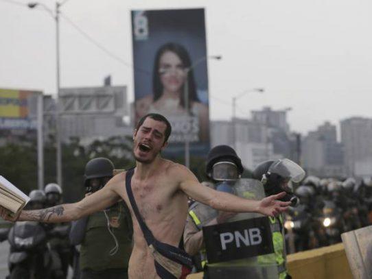 """Hombre desnudo pide en Venezuela: """"No lancen más bombas"""""""