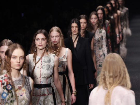 Francia toma medidas para impedir modelos demasiado delgadas en los desfiles de moda