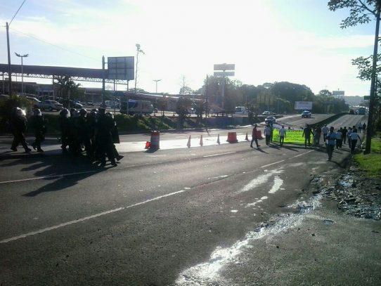 Invasores de Cerro Galera protestan en  vía hacia Arraiján
