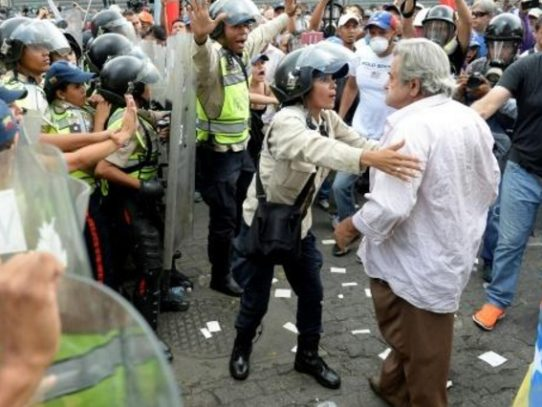 Marcha de ancianos intenta llegar al corazón de Caracas entre bloqueos