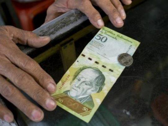 Venezuela devalúa moneda para paliar crisis en medio de protestas
