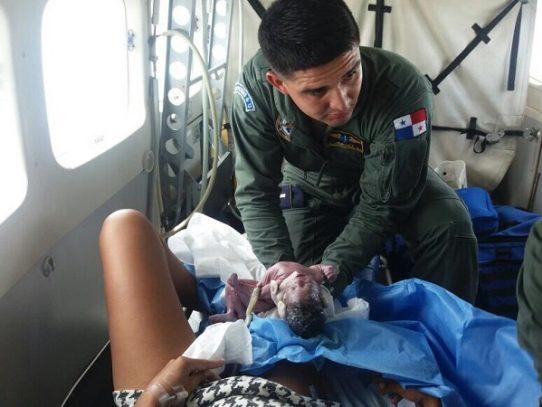 Bebé milagro nace a 3 mil pies de altura en avioneta del Senan