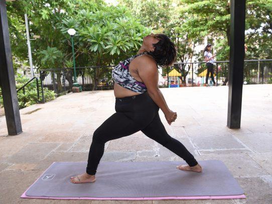 Una mujer desafía los estereotipos con sus cursos de yoga en internet