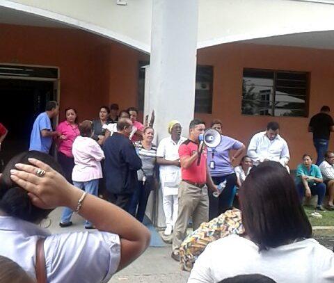 Administrativos del hospital Santo Tomas elevan la presión a las autoridades