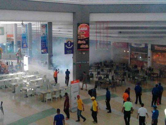 Principal centro comercial de Caracas desalojado por bombas lacrimógenas